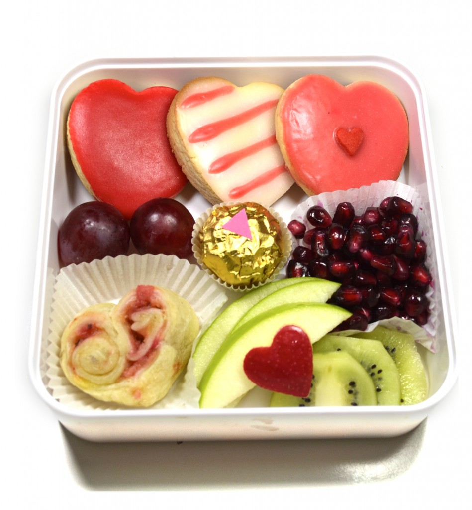 Bento-gouter-amour-sucré-coeurs-biscuits-saint-valentin-amandes-pomme-kiwi-grenade