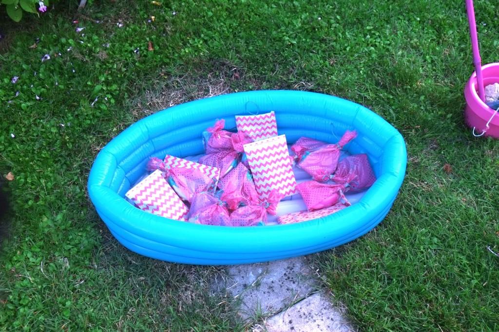 peche-aux-cadeaux-à-la-ligne-piscine-rose-turquoise-bambou-ficelle-fil-de-fer-chevron-pochette-hemma-flamingo-birthday-party-fete-jeu