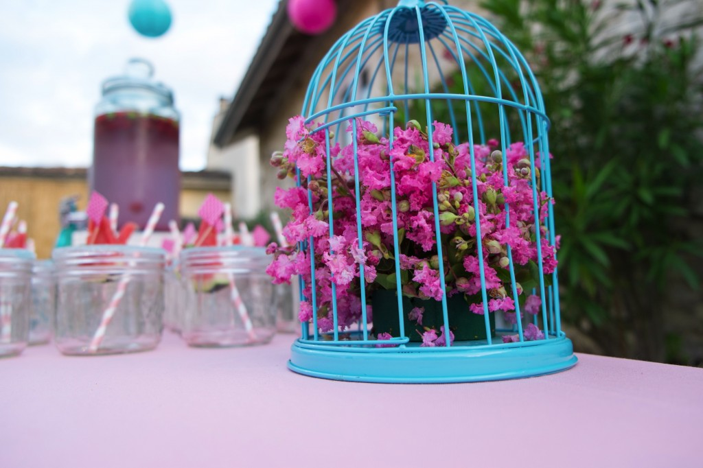 cage-composition-mousse-florale-flamant-rose-lilas-des-indes-Lagerstroemia-table-flamingo-birthday-party-rose-turquoise-papier-de-soie-table-diy-decoration-fete