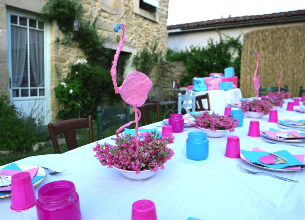 composition-mousse-florale-flamant-rose-lilas-des-indes-Lagerstroemia-table-flamingo-birthday-party-rose-turquoise-papier-de-soie-table-diy-decoration-fete