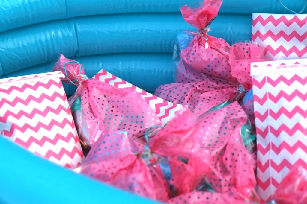 peche-aux-cadeaux-à-la-ligne-piscine-rose-turquoise-masking-tape-raphia-laitonné--bambou-ficelle-fil-de-fer-chevron-pochette-hemma-flamingo-birthday-party-fete-jeu