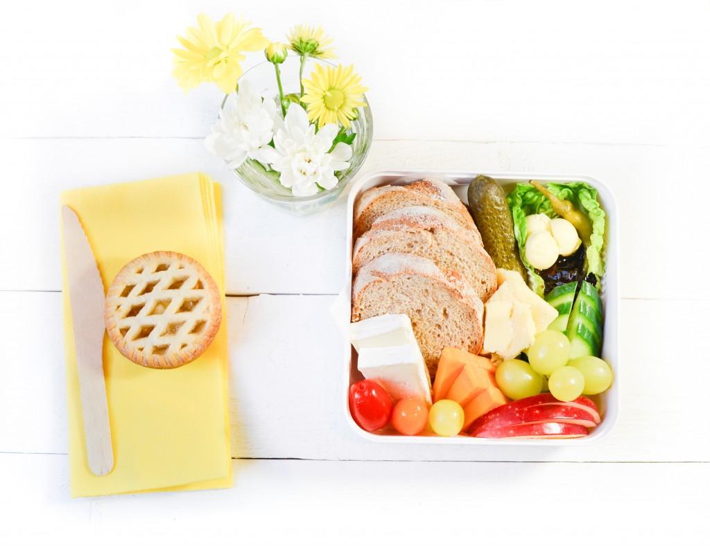 ploughman's lunch -bento cheese ploughman fromage cheddar brie pain de seigle vegetarien